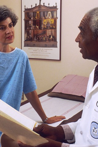 CMYK - Doctor_consults_with_patient - Wikimedia commons