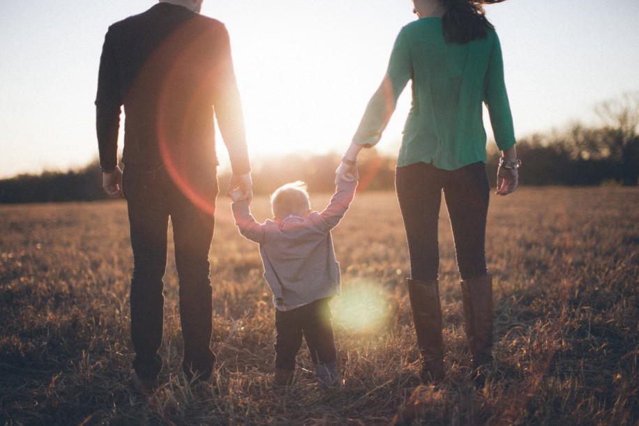 Parents+holding+Childs+hand