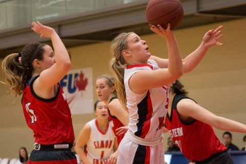 Ellen Kett (centre) had 22 points, 8 assists, and 4 steals in a 101-89 victory against Northwest Nazarene.